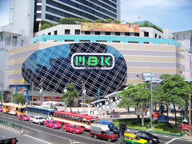 9e4e86a0f2 C'est un centre commercial très prisé des Thaïs qui viennent y faire leur  shopping le soir et le week-end. Accès par BTS : National Stadium station.